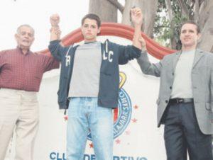 Chicharito aos 17 anos apresentado ao Chivas Guadalajara ao lado de seu Avô e de seu Pai, ambos ex-jogadores do mesmo Chivas.