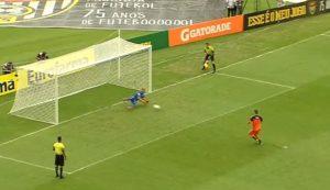 Cobrança perdida, pelo goleiro Thiago do Flamengo, lance que gerou provocações entre os goleiros