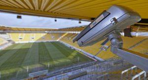 Detalhe da câmera com a logomarca do sistema GoalControl.