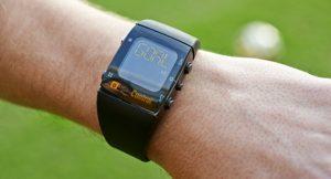 Relógio do árbitro, que sinaliza caso a bola tenha passado a linha do gol.
