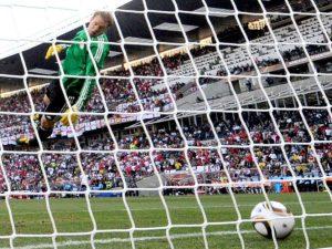 Goleiro Neuer chega a olhar a bola que passou da linha do gol.