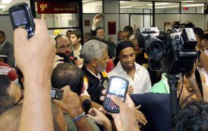Ronaldinho causa alvoroço ao deixar o Tribunal em uma audiência em 2012