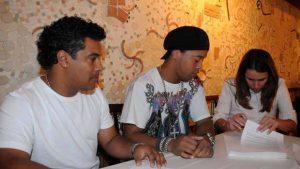 O irmão e empresário Assis, Ronaldinho e a presidente do Flamengo Patricia em 2011 assinando os contratos.