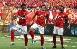 Paulinho, Ricardo Goulart e Robinho comemorando o gol pelo Guangzhou Evergrande