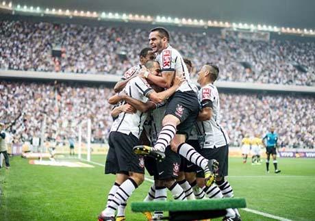 Jogadores do Corinthians festejam gol de Fabio Santos