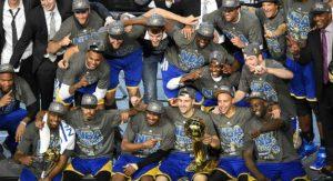 Jogadores comemoram título do Golden State Warriors.
