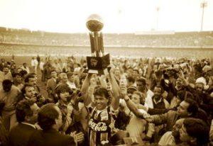 Grêmio levanta o troféu da primeira Copa do Brasil.