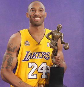 O craque posa com o troféu de MVP da temporada 2007/2008
