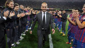 Pep Guardiola aplaudido pela equipe do Barça