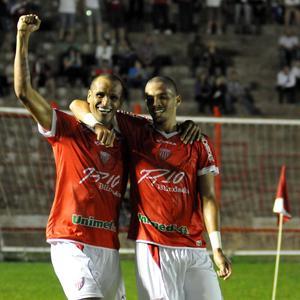Rivaldo e Rivaldinho comemorando o gol do Mogi Mirim