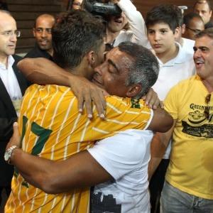 Romário abraça carinhosamente seu filho