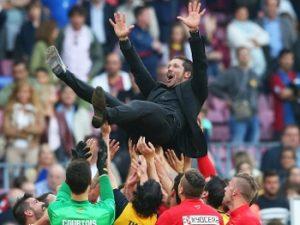 Simeone festejando o título de campeão ao comando do Atlético