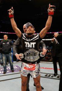 José Aldo, posando com o cinturão quando ainda era campeão.