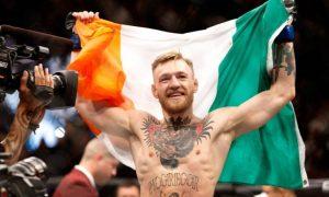 Conor McGregor exibindo a bandeira da Irlanda, seu país de origem.