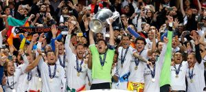 Comemoração do 10º título da Liga dos Campeões, com Benzema no canto direito.