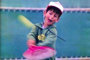 Novak Djokovic jogando tênis em sua infância.
