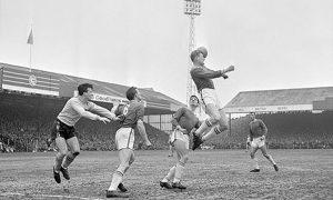 John Sjoberg do Leicester City cabeceando a bola durante a quarta-de-final da FA Cup (1962-63) contra o Norwich City.