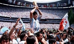 Maradona com a taça da Copa do Mundo