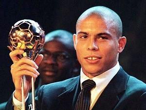 Ronaldo com o prêmio de melhor jogador do mundo