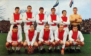 Equipe do Ajax 1969, Cruyff segurando a bola.
