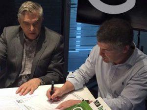 Presidente Petraglia assinando o contrato com o GV Group.