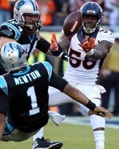Cam Newton é derrubado por Von Miller ao tentar um touchdown.