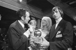 Cruyff recebendo a premiação Bola de Ouro em 1971.