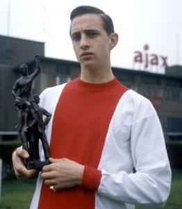 Johan Cruyff recebeu o prêmio de melhor jogador da Eredivisie de 1968