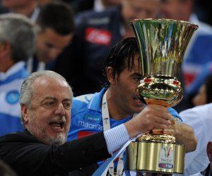 Aurelio De Laurentiis segurando a taça de campeão da Copa da Itália 2013-14.