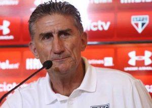 Treinador Edgardo Bauza na entrevista coletiva antes da partida entre The Strongest.