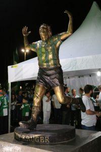 Estátua simbolizando Dirceu Kruger comemorando um gol.