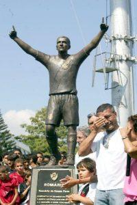 Estátua do Romário em São Januário.