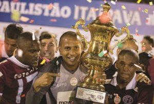 Goleiro Rodolfo e o atacante Juninho, campeões da 2ª Divisão do Paulista em 2015.