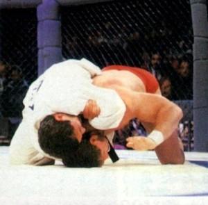 Ken Shamrock sendo finalizado por Royce Gracie no UFC 1.