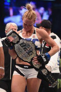 Holly Holm quando venceu Ronda Rousey e se tornou campeã do peso galo.