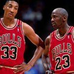 Scottie Pippen e Michael Jordan jogando pelo Chicago Bulls na NBA.