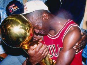 MVP da temporada 1990-91 e das finais, segurando a sua primeira taça de campeão da NBA.
