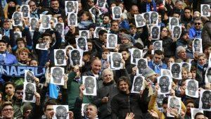 Torcedores do Napoli apoiando jogador que sofreu racismo.