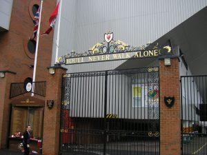 """Portão """"Shankly Gates"""" do Estádio Anfield do Arsenal."""