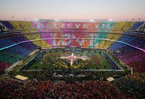 """Mosaico formado durante o intervalo """"Believe in Love"""" (Acredite no amor)."""
