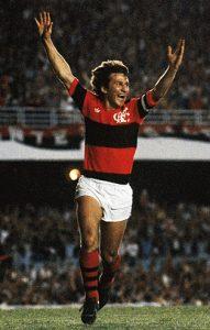 Zico comemorando um de seus muitos gols pelo Flamengo.