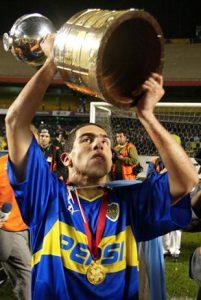 O jovem Tevez com a taça da Copa Libertadores