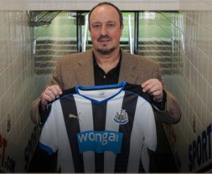 Rafa Benítez mostrando a camisa do Newcastle, o Clube que treinará.