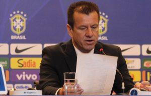 O técnico Dunga divulgando a convocação da seleção.