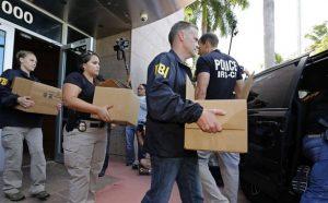 Agentes do FBI apreendem documentos na sede da CONCACAF.