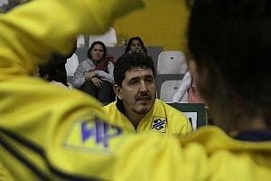 Luizomar treinando a equipe juvenil da seleção brasileira.