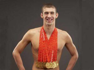 Michael Phelps exibindo suas medalhas conquistadas.