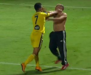 Eran Zahavi e torcedor do Hapoel brigando durante partida.
