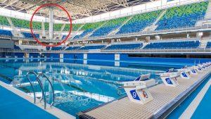 """Imagem da área interna do Estádio Aquático e destacado em vermelho a coluna que causa """"ponto cego"""" da piscina."""