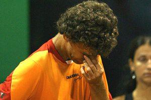 Gustavo Kuerten chorando em sua despedida das quadras.